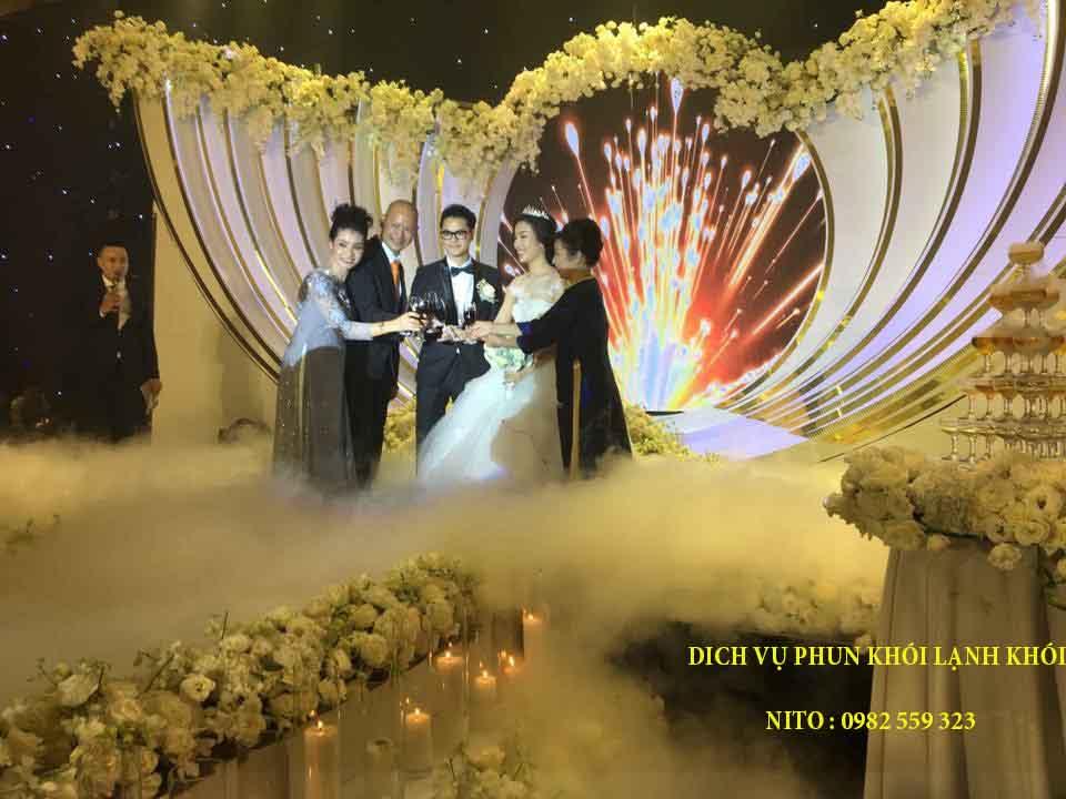 Đây khói nito dùng cho tiệc cưới thêm sinh động và ý nghĩa.