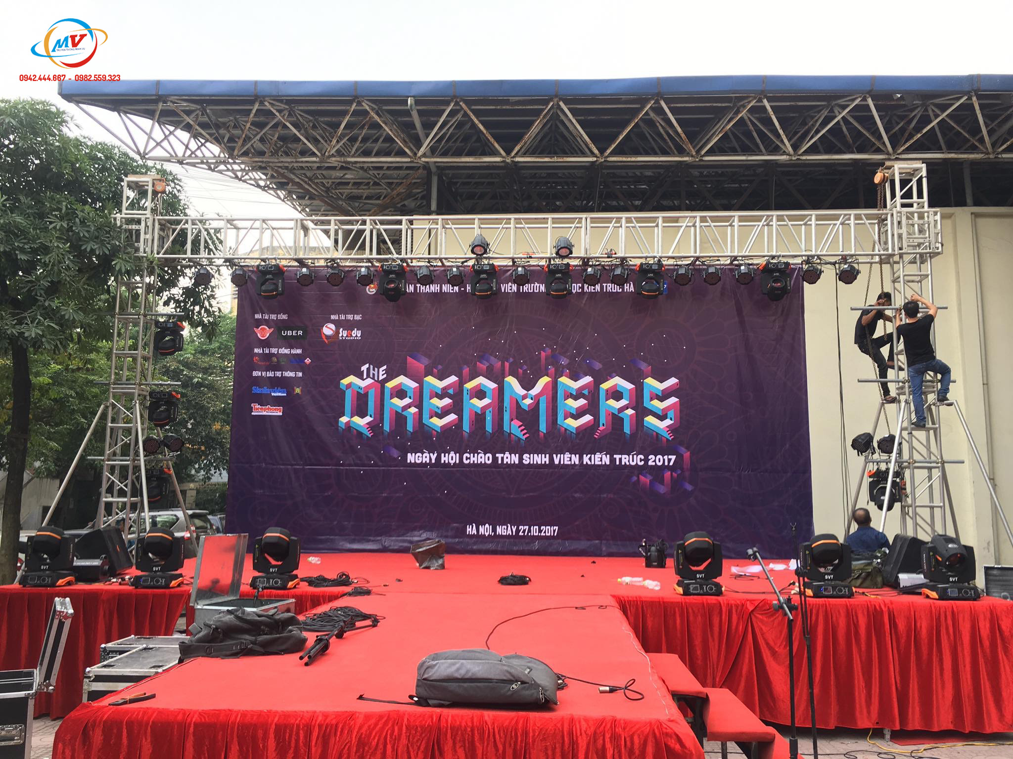 Hình lắp dựng sàn sân khấu chữ Tại đại học kiến trúc Hà Nội