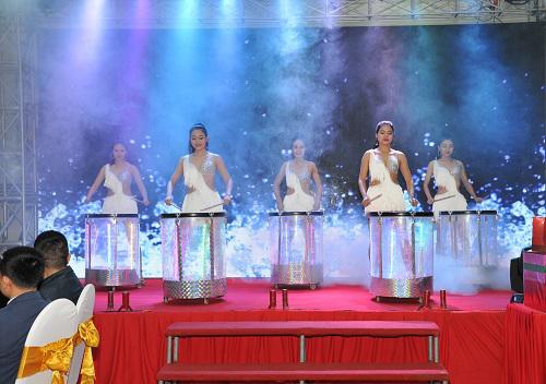 Cung cấp múa trống nước hào hùng cũng những vũ công dance chân dài