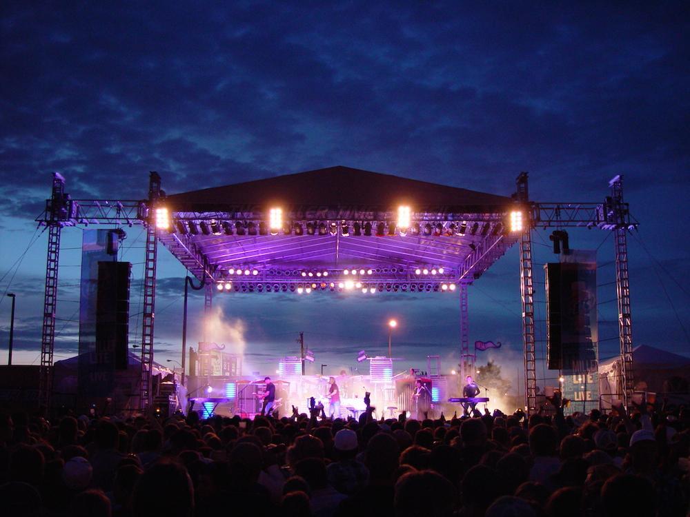Chương trình âm nhạc ngoài trời cần thuê thiết bị âm thanh, ánh sáng sân khấu