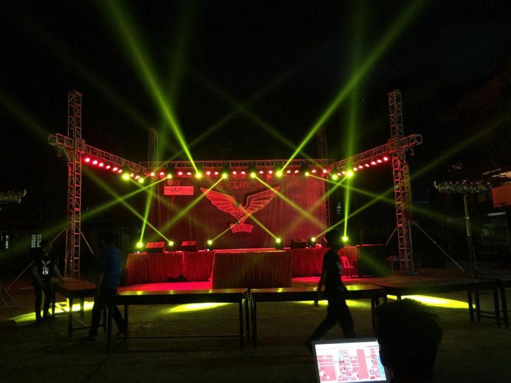 Bữa tiệc khai trươngdo Minh Vũ chuẩn bị hệ thống âm thanh ánh sáng chuẩn.